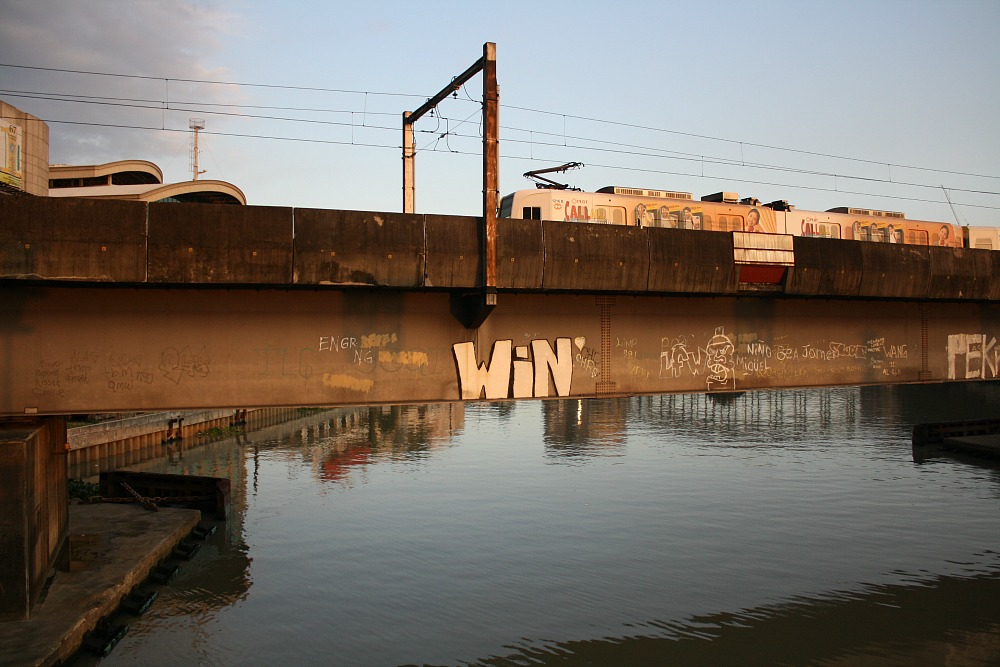 Street Art Manila, by Elmer Valenzuela, LRT on Pasig river, graffiti
