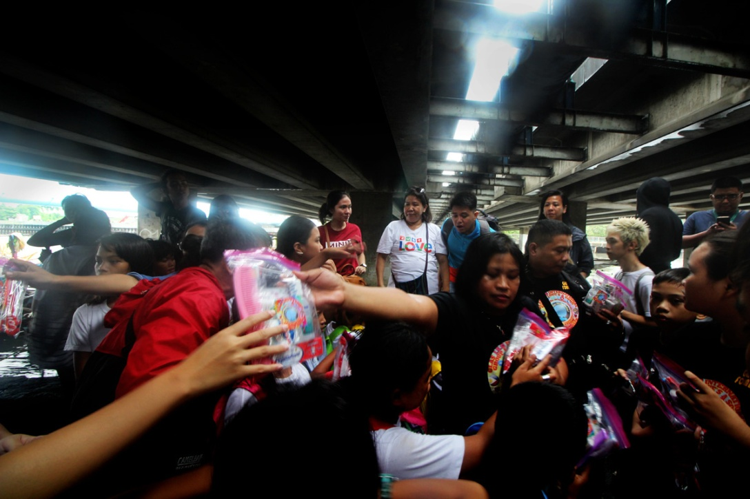 Female volunteer distributes goods for the children.